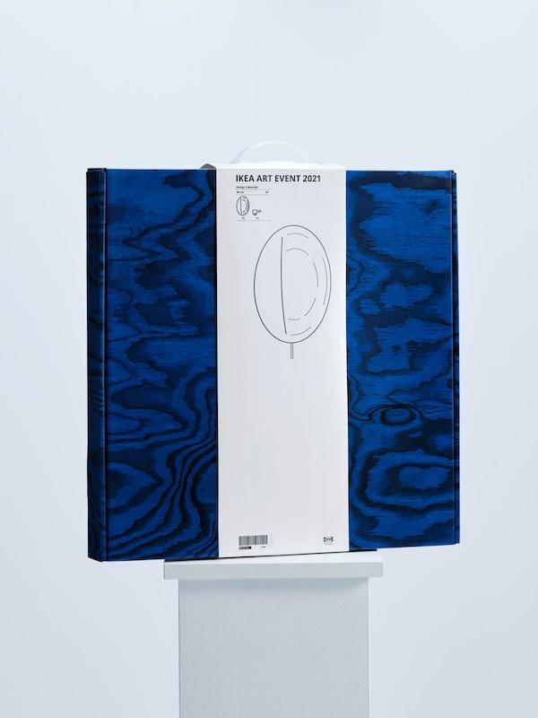A Sabine Marcelis által az IKEA ART EVENT 2021 kollekcióhoz tervezett falilámpát magába foglaló kék doboz, fehér talapzaton.