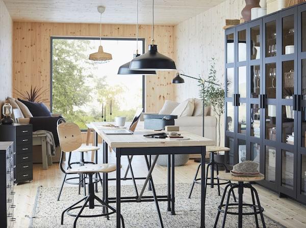 A secretária KULLABERG tem uma superfície maciça com um toque industrial, sendo adequada para escritório, zona de refeição ou sala de estar. Use-a como mesa de refeição!