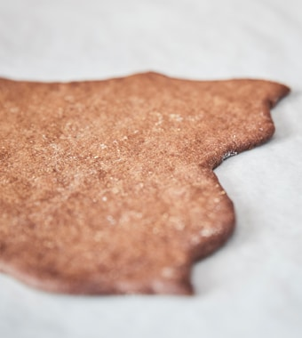A small IKEA KOLDBY rug made from gingerbread