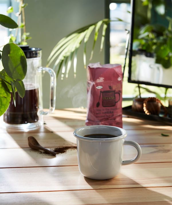 A sunny breakfast moment to enjoy with a light grey EGENDOM mug filled with PÅTÅR coffee.