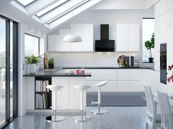 A U-shaped kitchen with IKEA VOXTORP white door and drawer fronts.