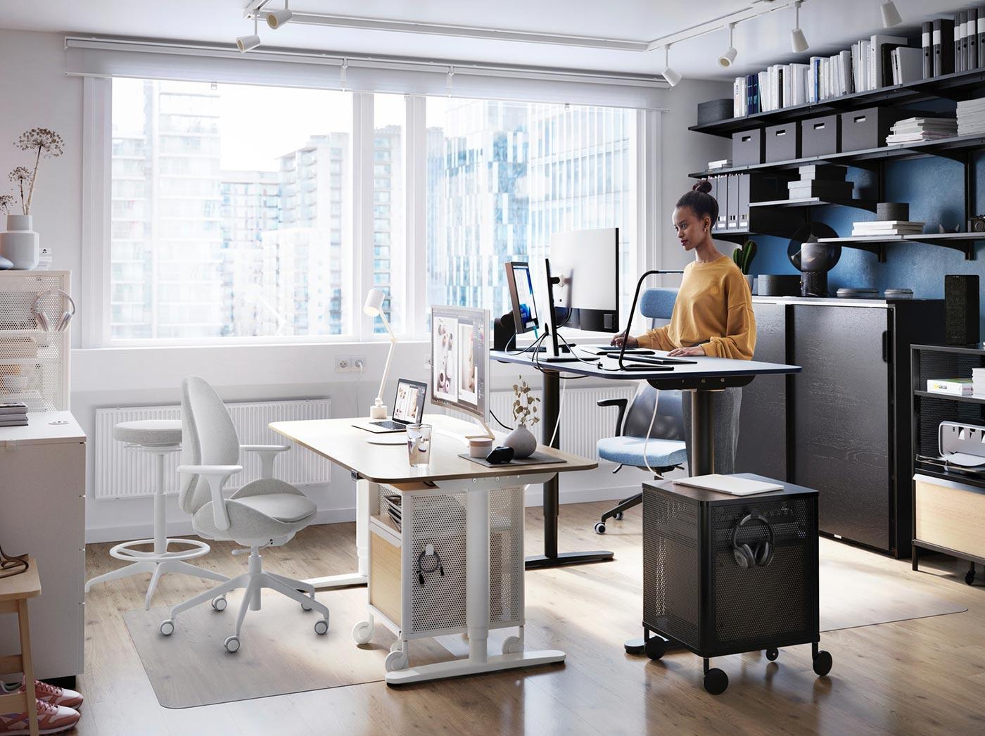 ufficio con scrivani tecnico