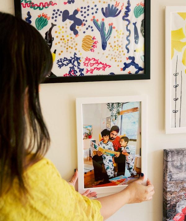 Abeer posiziona una foto di famiglia nella sua galleria di immagini - IKEA