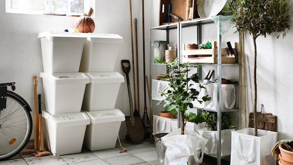 Abfalleimer von IKEA sind aufeinander gestapelt in einer Garage