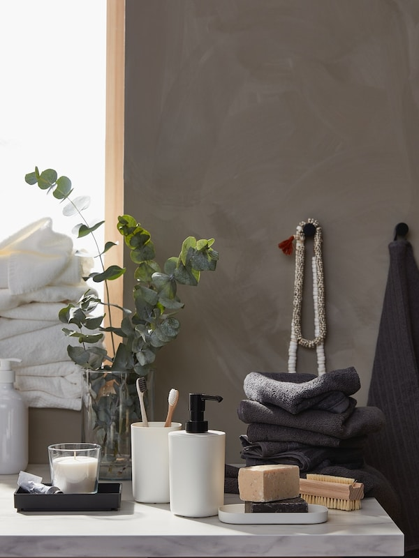 Accessori per il bagno bianchi e neri con tessili per il bagno