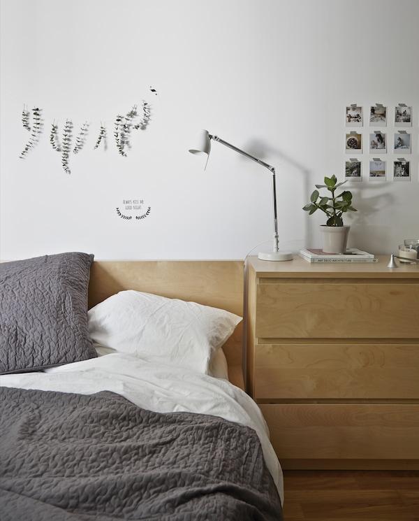 Accrochez de l'eucalyptus apaisant au-dessus du lit.