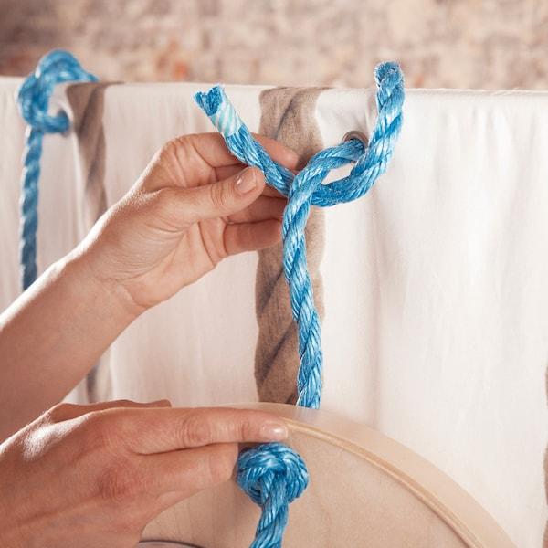 Accrochez le plateau aux œillets avec une corde en nylon épaisse