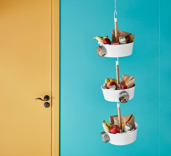 Accrochez les goûters à proximité de la porte d'entrée, pour des routines scolaires efficaces.