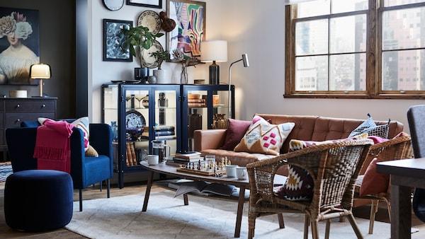 ادخل إلى منزل يتمحور حول العمل والعيش في مساحة واحدة مفتوحة.