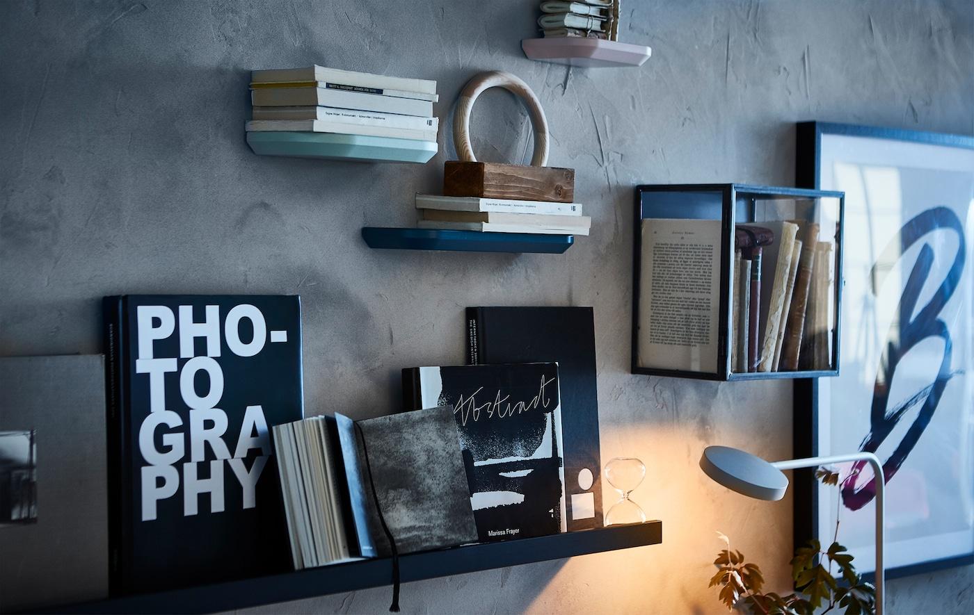 Adora palavras escritas? Exponha os seus livros com uma parede-galeria, utilizando caixas de exposição e prateleiras para molduras, como a prateleira para molduras MOSSLANDA preta da IKEA. Pode utilizá-la como mini prateleira para colocar livros e apreciar as capas. Suporta até 7,5 quilos.