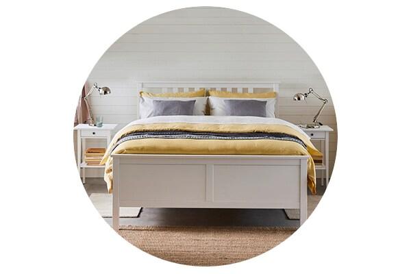 Серия мебели ХЕМНЭС для спальни включает кровати, комоды, шкаф и прикроватные тумбы