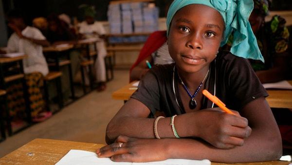 Afrikai lány ül az iskolában.