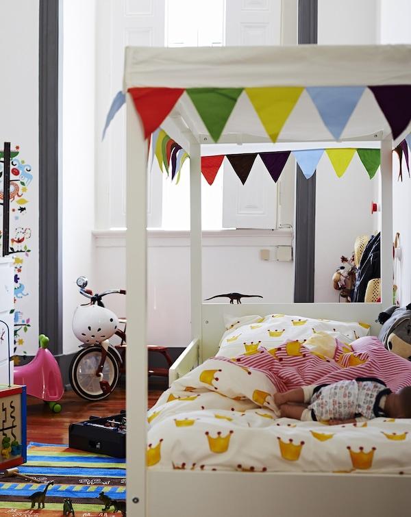 Ahorra espacio con una cama que haga las veces de guarida para jugar.