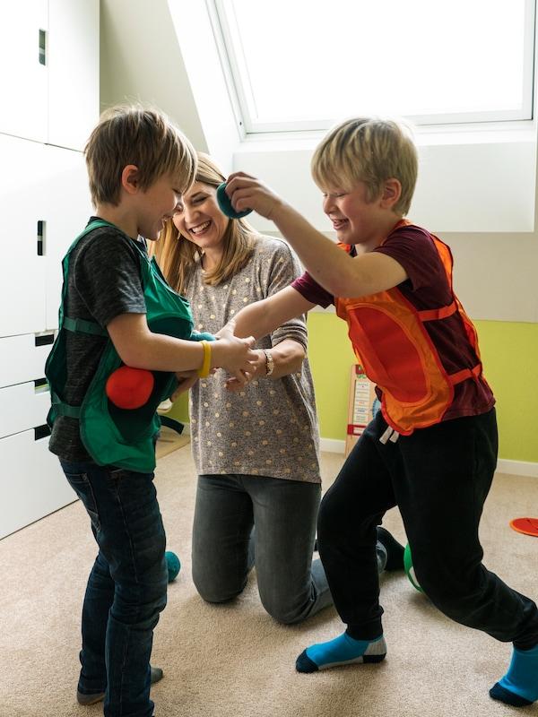 Ai bambini piace divertirsi con il gioco IKEA.