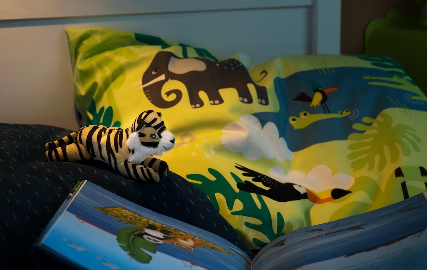 اجعل طفلك ينام براحة على أغطية سرير ناعمة مصنوعة من اللايوسل والقطن المستدام! جرب غطاء اللحاف وغطاء المخدة DJUNGELSKOG بطباعة الحيوانات.