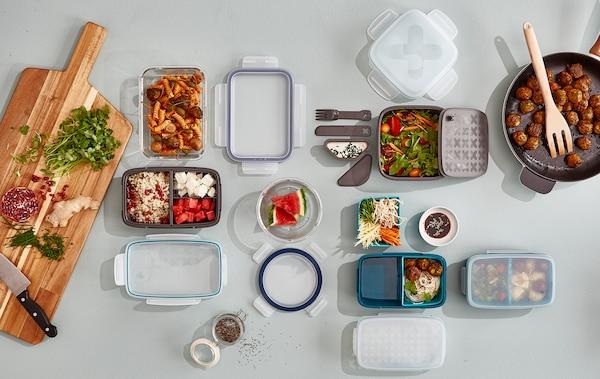 اجلب صندوق غداء ووفر المال، والوقت والطعام. توفر ايكيا مجموعة كبيرة لتختار من بينها مثل صندوق الغداء البلاستيك FESTMÅLTID باللون الرمادي المزود باثنين من الملحقات الداخلية القابلة للإزالة للفصل بين الأطعمة المختلفة. لدينا أيضًا صناديق غداء للسلطات والوجبات المجهزة في الفرن.