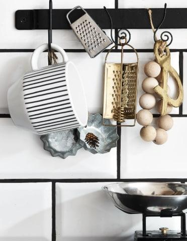 akcesoria kuchenne wiszące na wieszaczkach na szynie