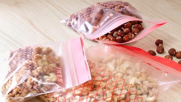 Alcuni sacchetti di bioplastica bianca chiara con marcature rosse.