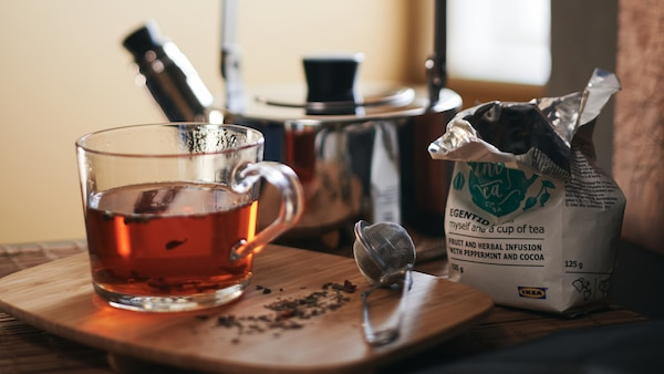 All the essentials for a hot cup of tea: METALLISK kettle, IDEALISK tea infuser and IKEA 365+ mug in clear glass.