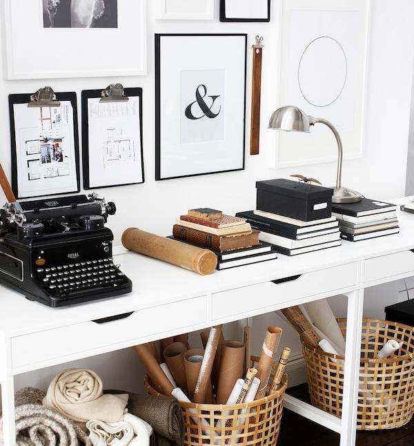 Almacenaje y exposición de oficina doméstica inspirados en logros profesionales, como proyectos pasados y herramientas favoritas.