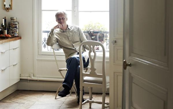 المصمم هانز بلومكويست ينعم بالراحة على طاولة مطبخه.