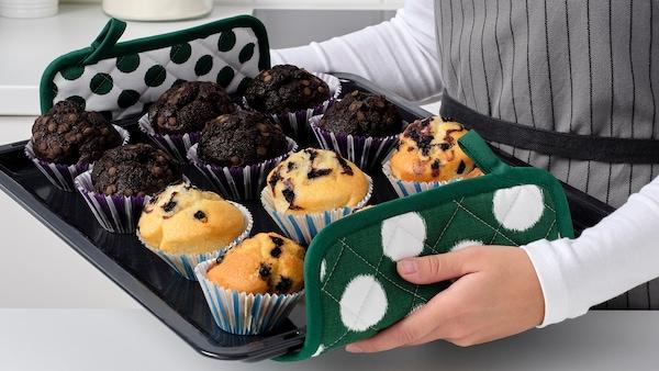 ALVALISA edényfogó egy muffinokkal teli sütőlappal.