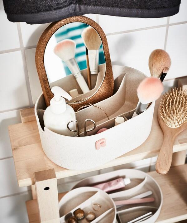 Am besten besorgst du dir einen Kasten für deine persönlichen Badezimmerutensilien, z. B. SAXBORGA Kasten mit Spiegeldeckel Kunststoff Kork. Und lass es gleich alle nachmachen.