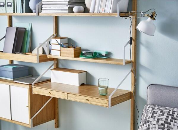 Aménagement bureau dans le salon : étagères, espace de rangement et éclairage fonctionnel