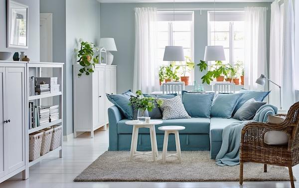 Aménagez un espace paisible pour vous détendre dans votre salon/salle à manger bleu et blanc avec le canapé d'angle de style traditionnel HOLMSUND en Orrsta bleu clair.
