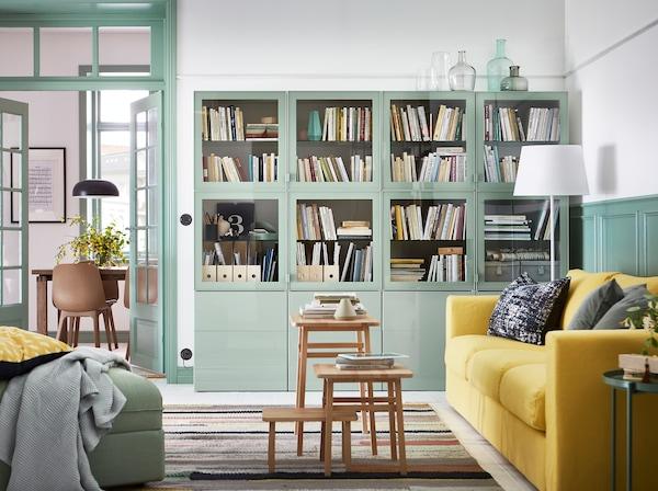 Aménagez un salon paisible en vert clair, gris et jaune. Les rangements fermés BESTÅ libère votre espace d'un tas d'affaires et le canapé VIMLE en jaune vous permet de vous installer confortablement et d'en profiter.