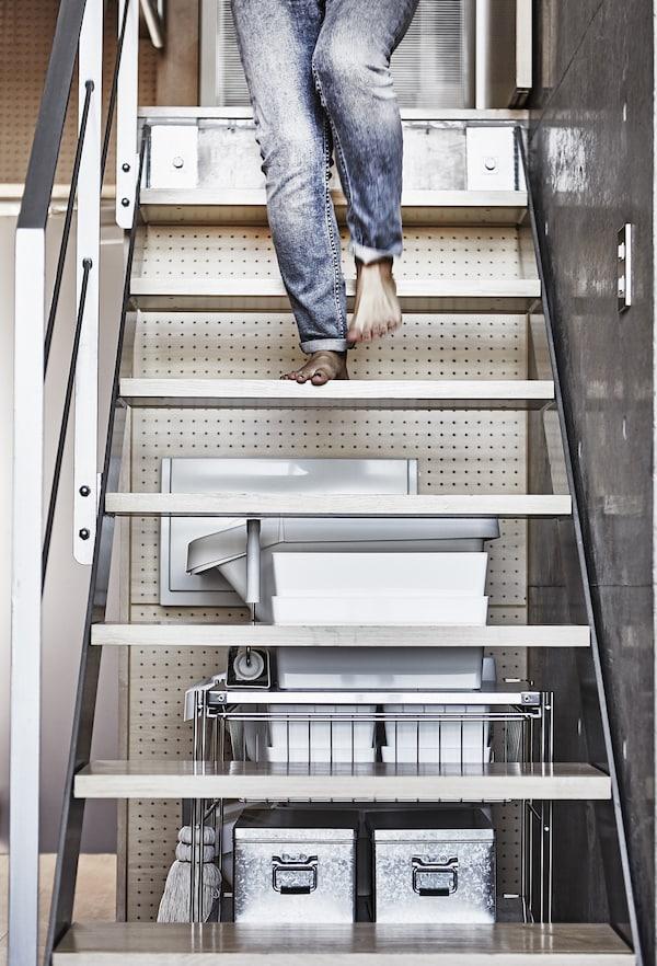 امرآة تسير أسفل الدرج.