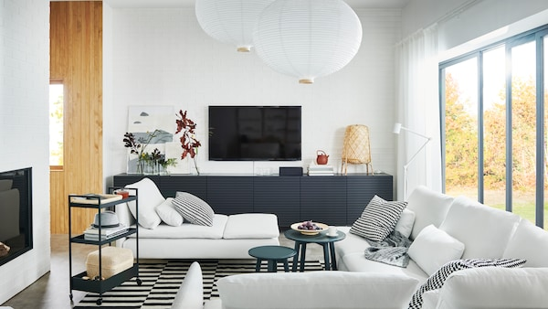 An airy living room with a large SÖDERHAMN sofa, a chaise longue and BESTÅ storage with doors.