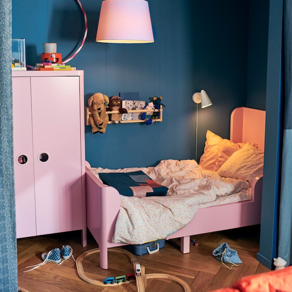 An extendable bed that grows with your kid suits a small alcove. Try IKEA HÄLLAN BUSUNGE light pink extendable bed!