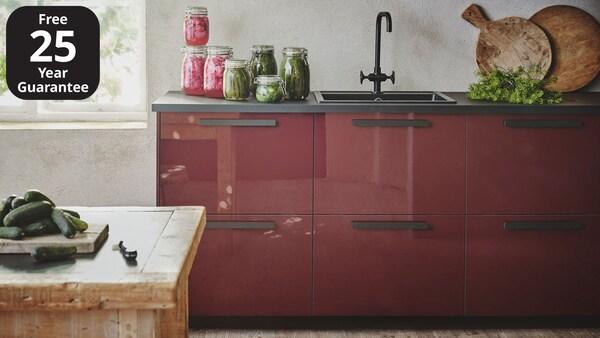 An IKEA kallarp kitchen with dark grey worktop and black, slimline handles.