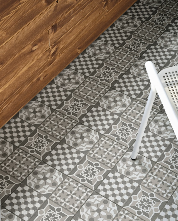 An outdoor floor with MÄLLSTEN floor decking in grey/white. The different patterns create a personalised expression.
