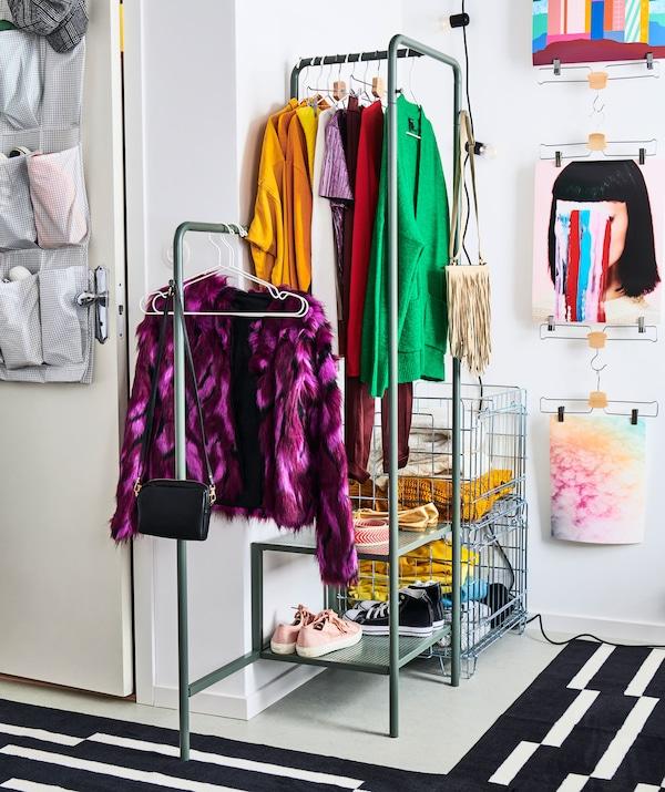 Angolo guardaroba di una stanza, composto da uno stand appendiabiti e cestelli di metallo per i capi piegati - IKEA