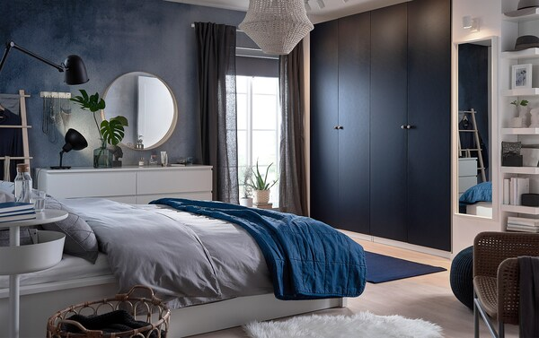 Anna makuuhuoneellesi seesteinen tummansininen tunnelma. Uudet mustansiniset IKEA PAX HAMNÅS vaatekaapin ovet, tummansininen SANDARED rahi ja syvänsininen STOCKHOLM kudottu matto tekevät virtaviivaisen ilmeen.