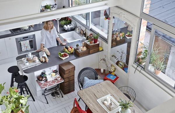 Anne-Solange dans sa cuisine