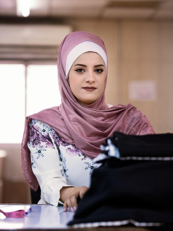 ภาพของ Anwar Jaradat ซึ่งทำงานให้กับโครงการธุรกิจทางสังคมของ Jordan River Foundation ในอัมมาน