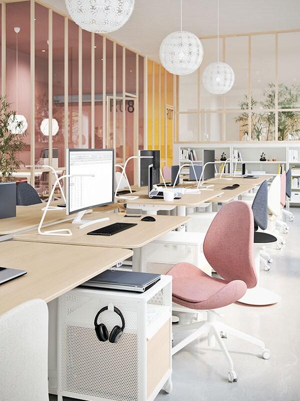 Åpent kontorlandskap i lyse farger.