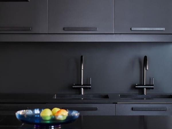 Aperçu d'une cuisine de couleur noire avec façades KUNGSBACKA fabriquées à partir de bouteilles PET recyclées.