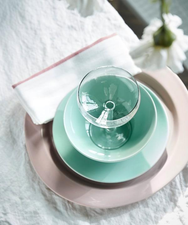 Apparecchia una tavola estiva con un mix di colori pastello. Scopri la ciotola verde chiaro FÄRGRIK di IKEA.