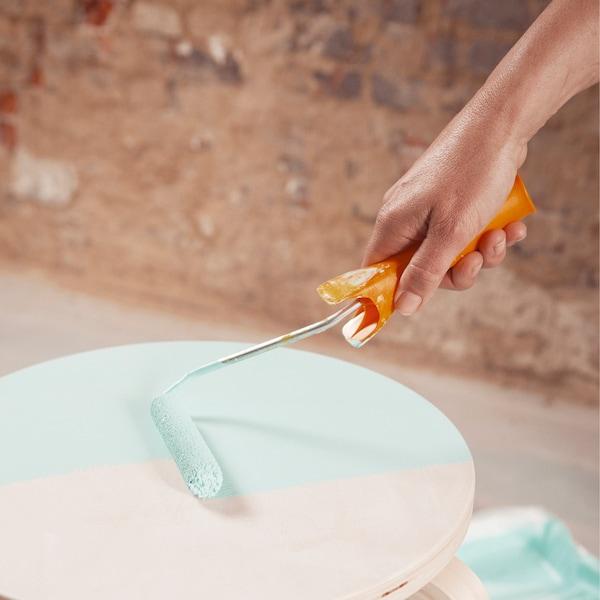 Appliquez ensuite deux couches de finition. Poncez et dépoussiérez entre les deux couches. Laissez bien sécher.