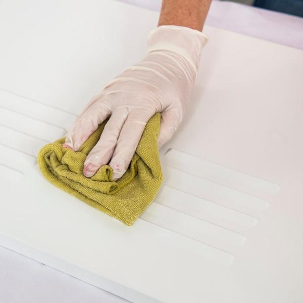 Appliquez une couche d'apprêt sur l'extérieur de l'armoire et sur les portes.