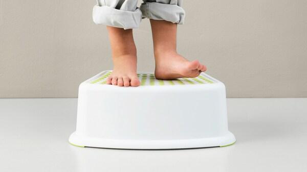 أقدام الأطفال يقفون على مقعد، دلالة على أن سلامة المنتج جزء من عملية تطوير منتجات ايكيا.