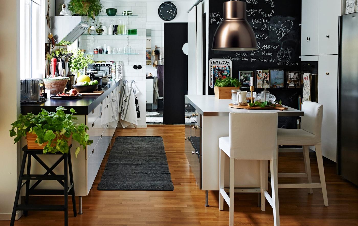 Aquí puedes ver una moderna cocina blanca con isla y almacenamiento abierto.
