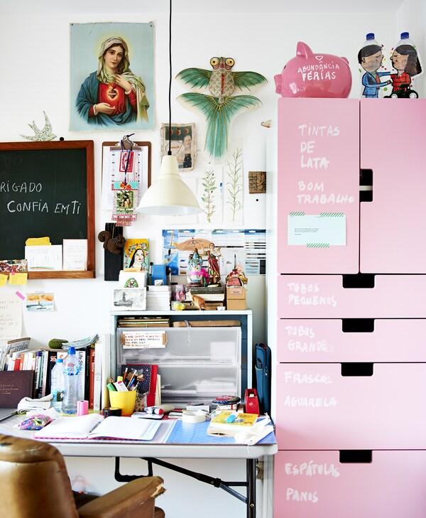 Arbeidsplass med rosa oppbevaring.
