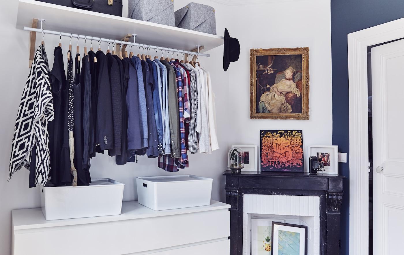 عرض دولاب ملابس مفتوحة في غرفة نوم.