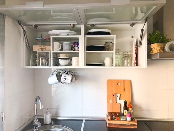 Armario de cocina con tazas ordenadas