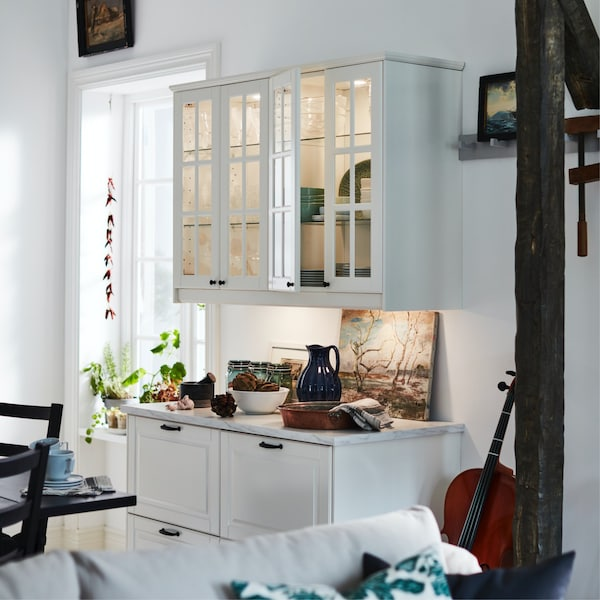 armoire de cuisine éclairée de l'intérieur